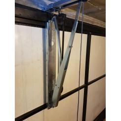 Bras adaptateur pour la motorisation des portes basculantes à contrepoids